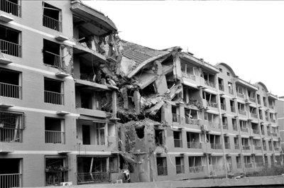 图为被炸塌的6层住宅楼.图/中新社-保定居民楼爆炸27人受伤 方圆200