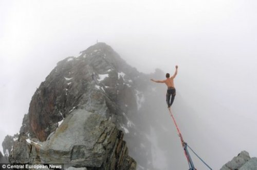 奥地利青年赤裸上身,800米高空上演绝技 - 蓝天歌 - 太阳照耀下的蓝天