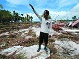 一名印尼人在废墟中寻找自己失踪的亲人