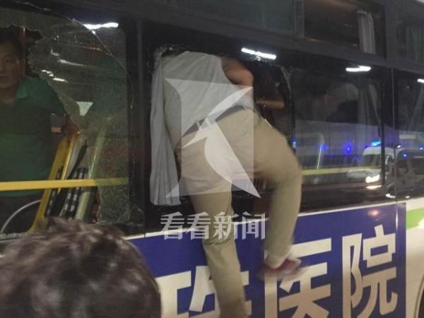 上海一公交隧道行驶中遭钢管插入前挡 司机受伤