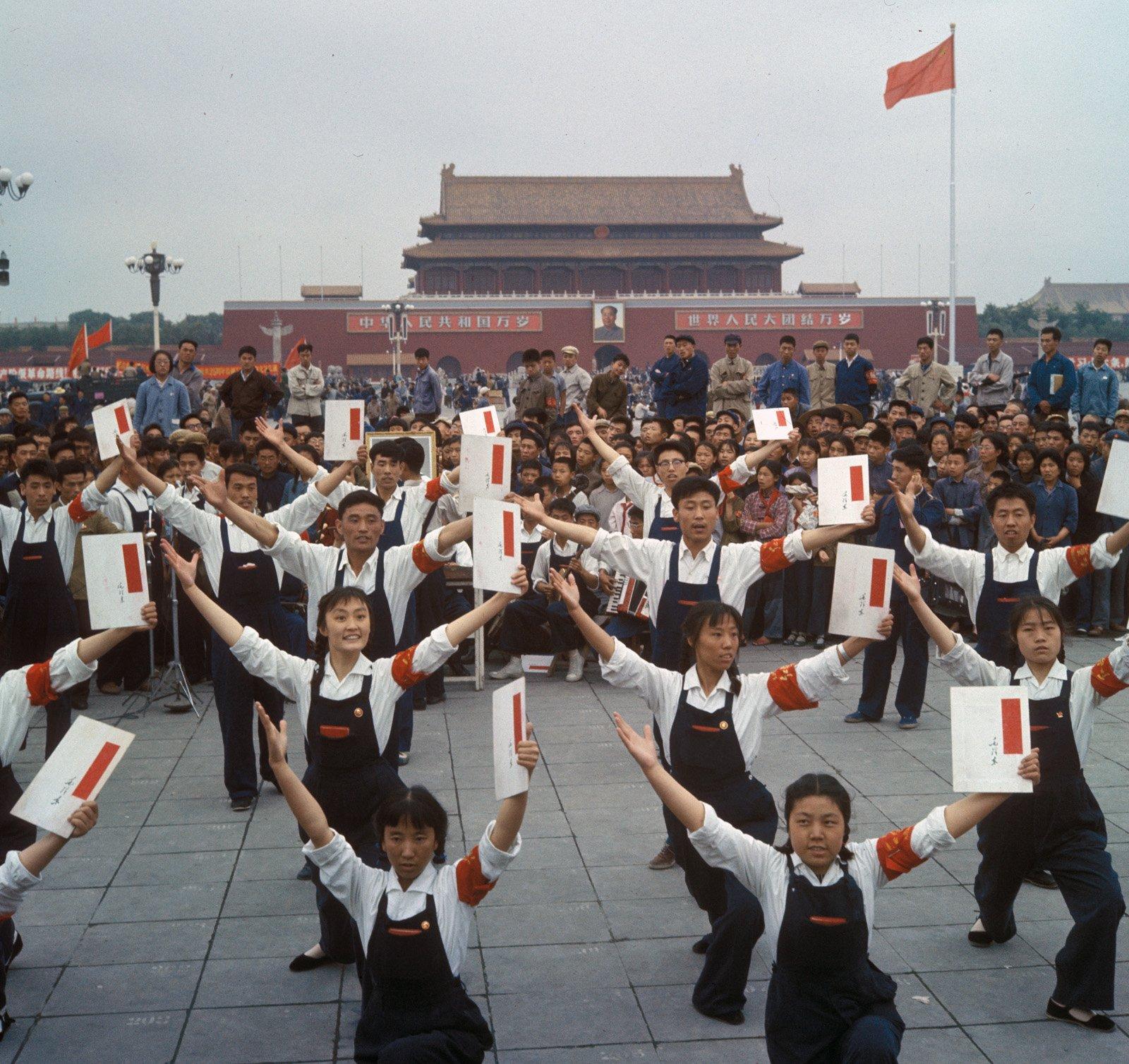 红卫兵在天安门广场宣传毛泽东思想。