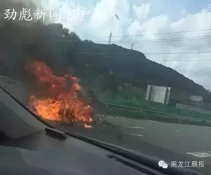 哈牡高速公路客车与轿车相撞起火 5人遇难