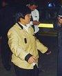 独斗3名偷车贼的赵女士正向警方介绍情况