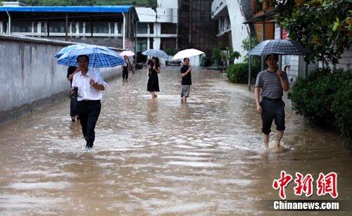 湖北建始遭特大暴雨袭击 城区多条干道被淹(图)