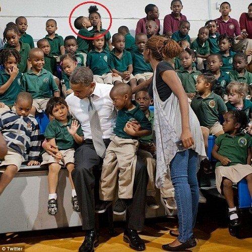 """坐在后排的一个小男孩""""强吻""""了身边的女同学,抢了奥巴马的风头"""