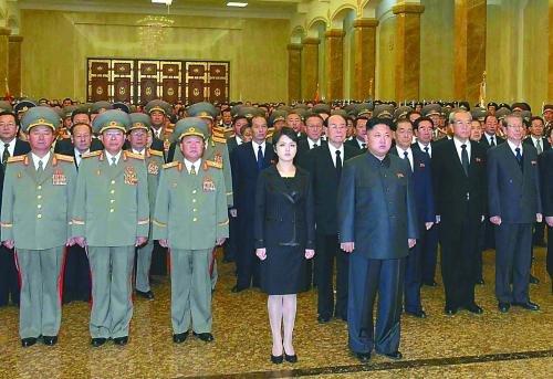 17日朝鲜最高领导人金正恩与夫人李雪主及党政军官员来到锦绣山太阳宫内拜谒金日成雕像,这是李雪主时隔62天首次参加公开活动。