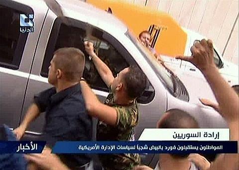 美国驻叙利亚大使遭民众袭击 数辆车受损(图)