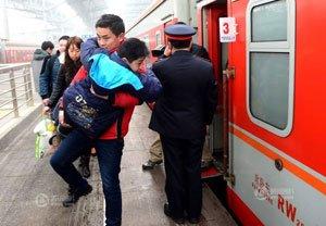 京华时报:儿子,爸爸带你回家过年