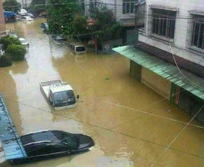 """8月18日,昨晚一场特大暴雨,汕头潮南区一夜之间变身""""泽国"""",不少人被困家中,等待支援。"""