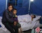 受伤群众在帐篷里休息
