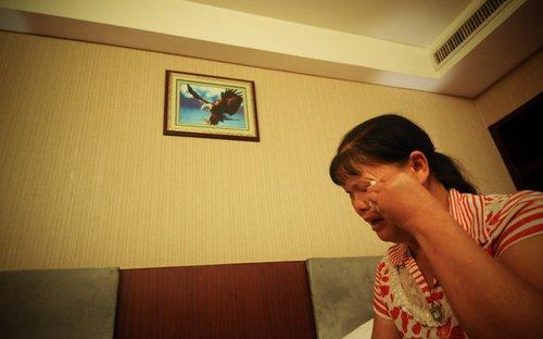 """照片:8月7日,""""被自杀""""当事人周兰兰在镜头前倾诉自己的无奈。图片作者:白禹"""