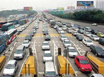 高速公路收费站前大排长龙的车辆