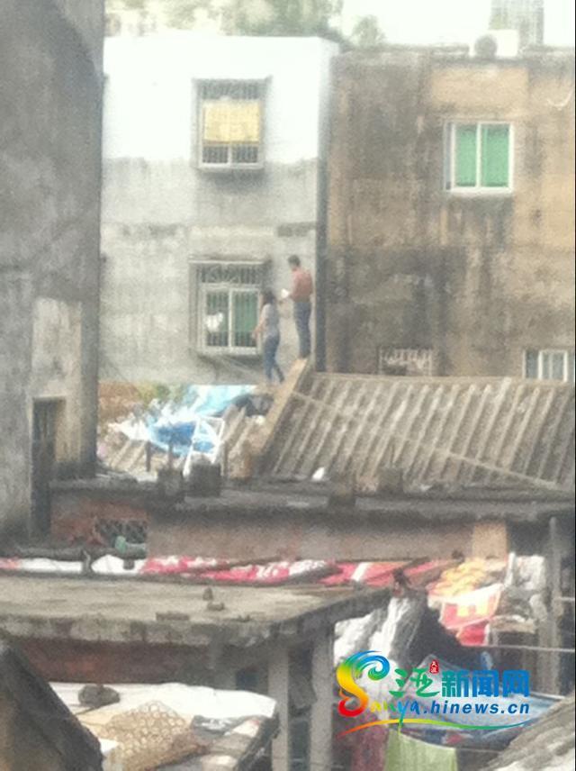 高清图—三亚解放路上海滨影剧院旁一男子劫持女子 令其脱衣