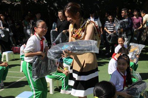 央视主持人践行群众路线 教师节慰问雷锋小学