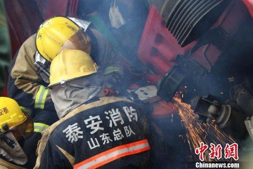 图为消防官兵在解救被困人员。