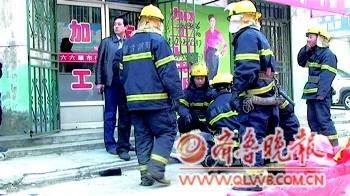 160斤男子四楼跳下2消防员徒手接住 3人均无碍