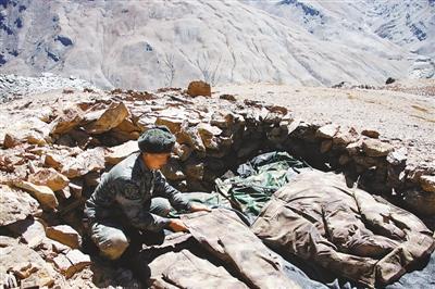 官兵驻守西藏阿里无人区:露天而宿 吃压缩干粮