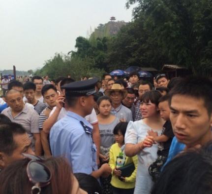 龙虎山游客因小孩打碎杯子与商铺人员斗殴(图)