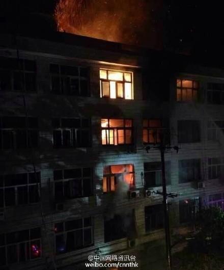 浙江苍南民房发生火灾 多人被困