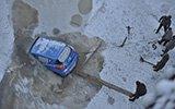 轿车掉进松花江冰窟窿 车窗落下司机不知去向