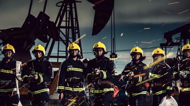 当中不仅有消防队员的合照,也有两人的特写,还有战友们的集体照.图片