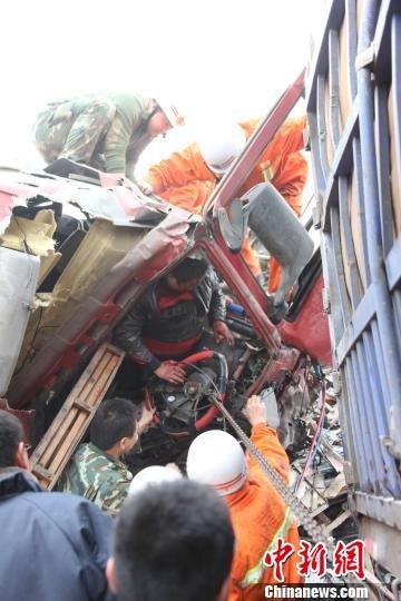 京台高速山东段120车连环相撞 已致7死35伤(图)
