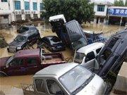 许多车辆被洪水冲翻