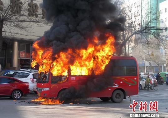 石家庄街头一中巴车发生自燃 瞬间变空壳
