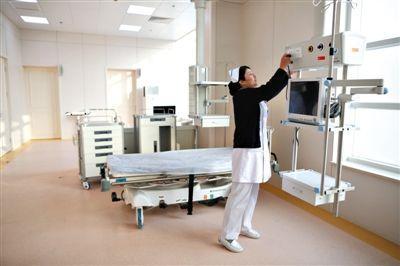 昨日,怀柔医院,护士长在检查专门为APEC会议配置的急救室。新京报记者 侯少卿 摄