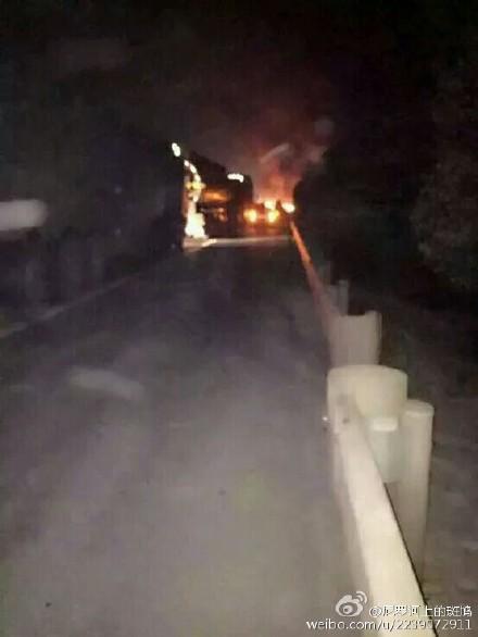 京珠高速岳阳段发生爆炸 1公里外民房玻璃被震碎