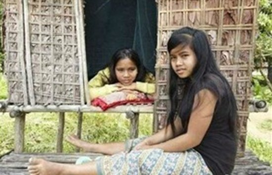 柬埔寨部落父亲为少女造性爱小屋 鼓励性行为