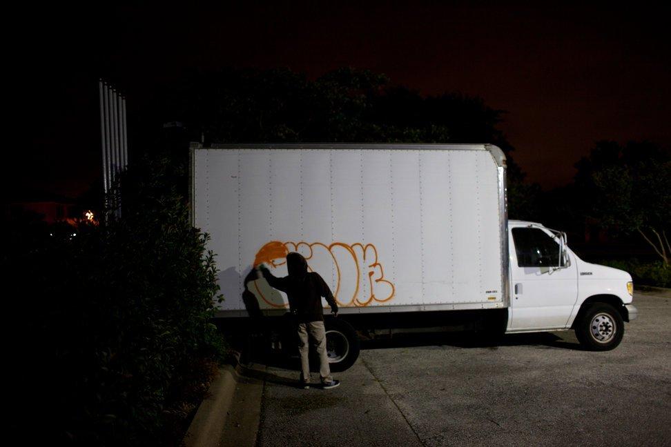 当地时间2010年11月2日,美国得克萨斯州奥斯汀,高中生夜深时刻出街涂鸦。