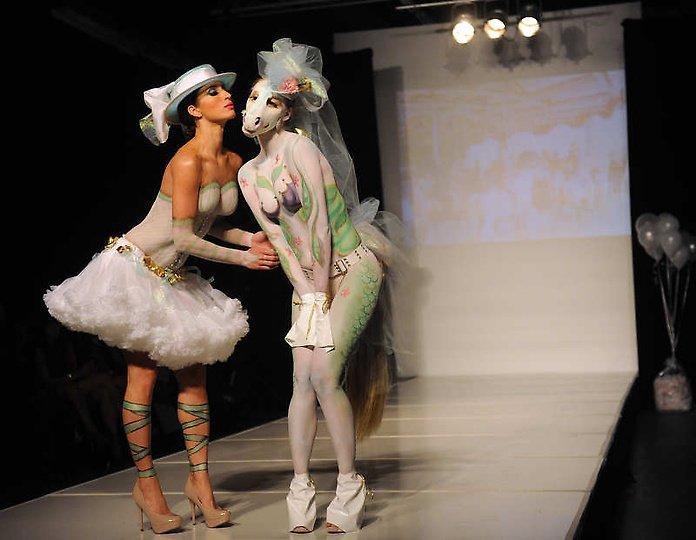 美国丹佛市化妆艺术家大胆时装秀上演另类人体艺术