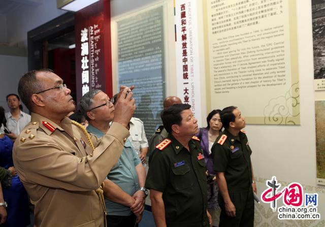 国防部组织60余国驻华武官赴南部战区参观考察