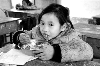 国家为农村学生每天供3元营养品 吃到嘴里只2元