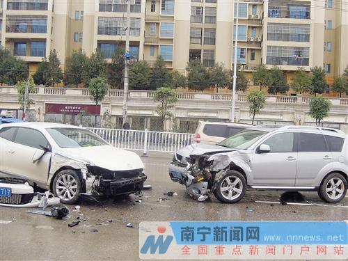 南宁一越野车撞断隔离栏碰上对面车 三辆车被殃及