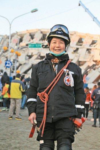 """70岁""""奶奶搜救员""""奋战台湾震区 曾赴汶川"""