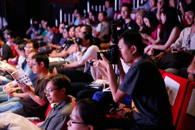 图为:许多到场观众都是摄影爱好者,也不乏专业摄影师