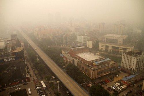 武汉大面积雾霾因邻省烧秸秆 将依法处理造谣者