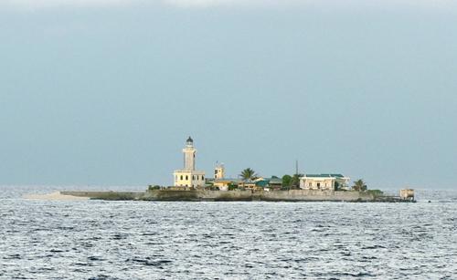 中国海监编队抵近南沙越占岛礁 喊话宣示主权