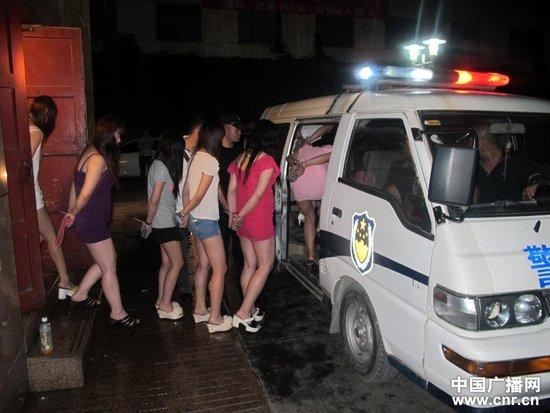 兰州骑警队凌晨突查三家涉黄场所 抓获33名女子