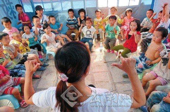 """彝良地震灾区帐篷学校开课 第一课学""""坚强"""""""