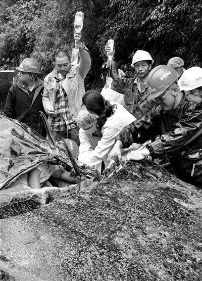 强降雨袭南方12省 芦山崖石崩塌砸车致3死6伤