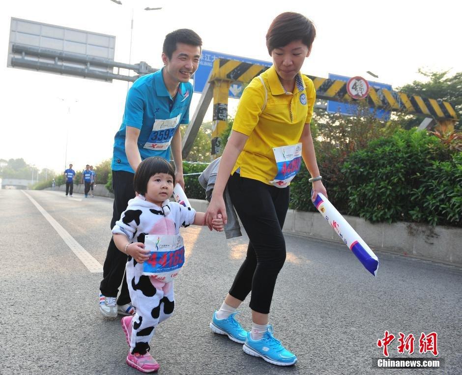实拍广州马拉松 选手变身 济公