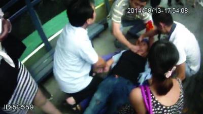 司机晕倒前刹住公交车 众人热心施救挽回生命