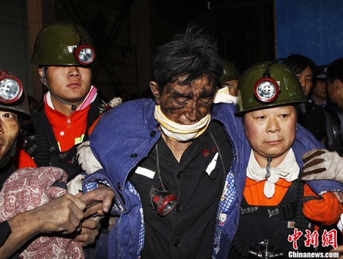 """11月5日,义马""""11·3""""矿难事故抢险救援取得重大进展,井下被困的49名矿工中有45名获救升井。目前,此次事故已造成8名矿工遇难。图为获救矿工被救升井生还。中新社发 王中举 摄"""