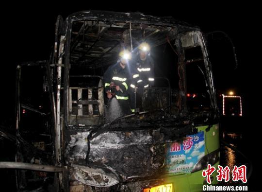 成都隧道口一辆客车起火燃烧 无人员伤亡(图)