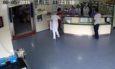 怀孕护士请患者家属稍等 被重拳打脸先兆流产 太猖狂!