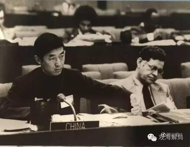 (1971年,中国恢复在联合国的合法席位后,吴建民跻身常驻联合国的第一批工作人员之列。)
