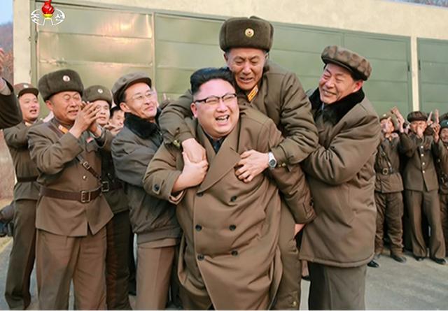 韩媒:金正恩参观新型高功率火箭发动机地上点火试验 背起科技负责人庆贺